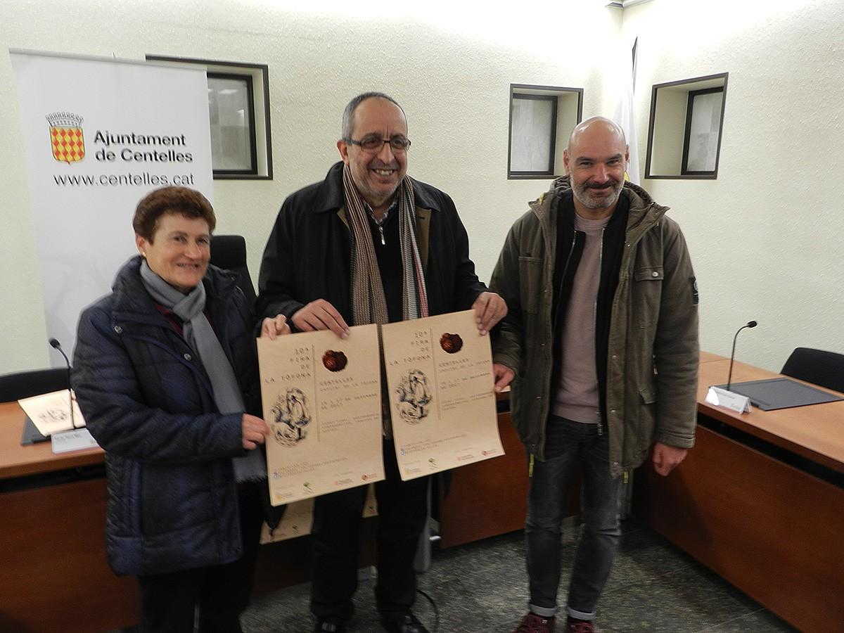 Fina Vila, estudiosa de la tòfona; Miquel Arisa, alcalde; Xavier Serra, regidor de Promoció Económica. | Toni Carrasco